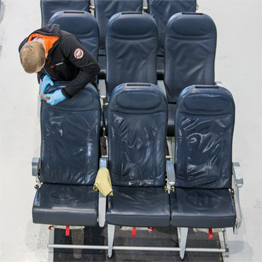 чистка сидений самолета
